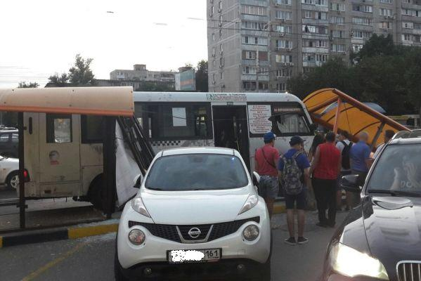 ВРостове маршрутка после ДТП снесла две остановки