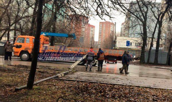 Упавший столб перегородил дорогу наулице Еременко